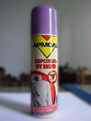Die Verarbeitung des Schranks mit einem Aerosol Armol hilft dabei, die dort lebenden Schmetterlingslarven sowie Schmetterlinge zu zerstören