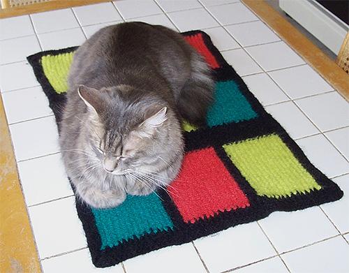 Katzenstreu sollte regelmäßig gewaschen und geschüttelt werden, da sich oft Flohlarven in ihnen entwickeln
