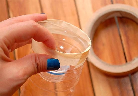 Die Oberseite der Flasche wird geschnitten und fest in den Boden eingesetzt.