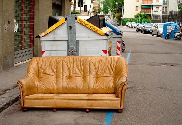 Es sollte bedacht werden, dass Sofas und Stühle oft wegen ihrer Infektion mit Wanzen ausgeworfen werden.