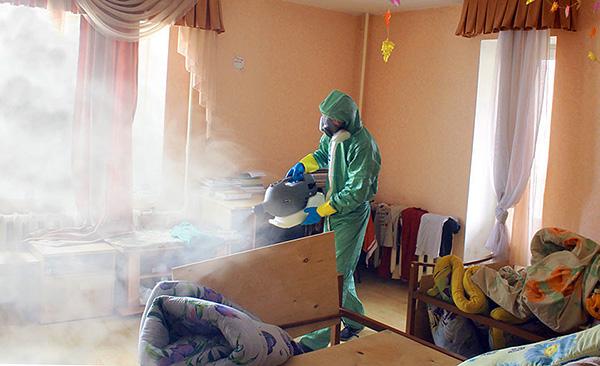 Behandlung der Räumlichkeiten durch den Desinsection-Service (der sogenannte kalte Nebel wird verwendet).