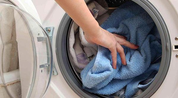 Praktisch alle Leinenmilben können einfach durch Waschen von Kleidung bei hohen Temperaturen zerstört werden.